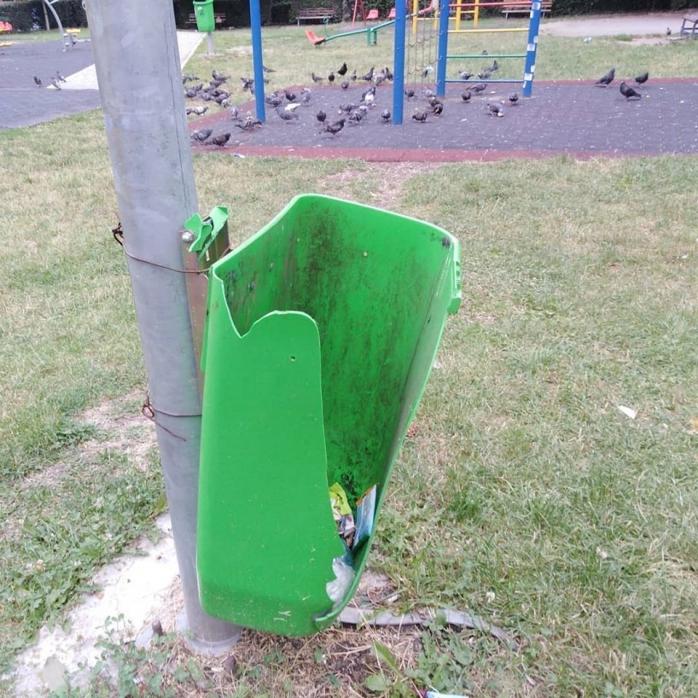 Un loc de joacă pentru copii a fost distrus într-o singură noapte de mai mulți tineri