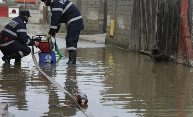 Inundații în Băișoara, după ploile de noaptea trecută. Au intervenit pompierii