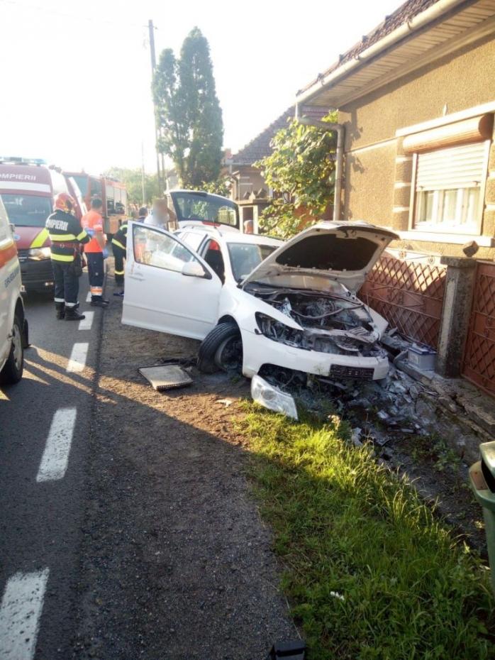 Accident cu doi răniți, la Negreni. A intrat cu mașina în gardul unei case