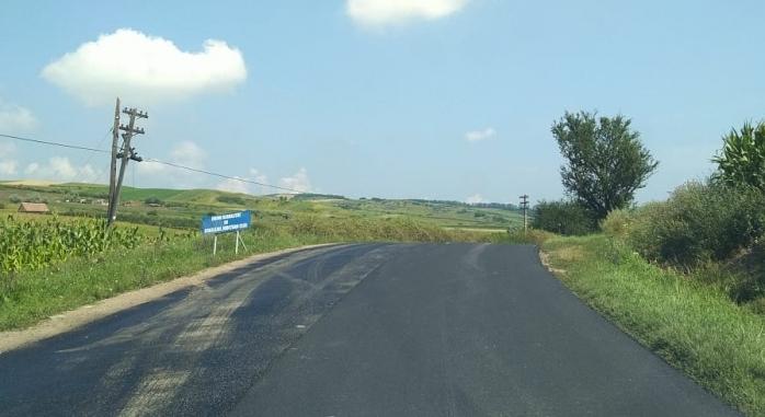 Asfalt proaspăt pe un drum județean din Cluj