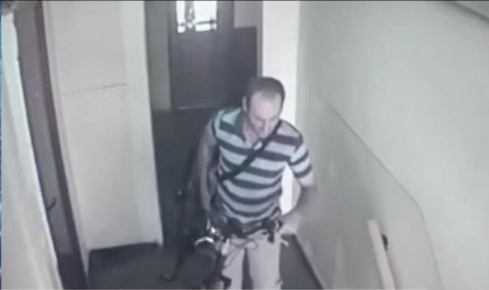 VIDEO. Hoț filmat în timp ce fură o bicicletă dintr-un bloc, ziua în amiaza mare. Se întâmplă la Cluj