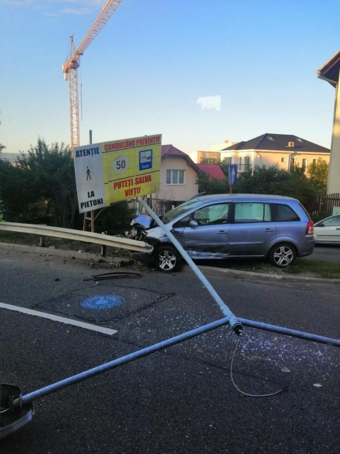 Accident pe Calea Turzii! O mașină a intrat în parapet