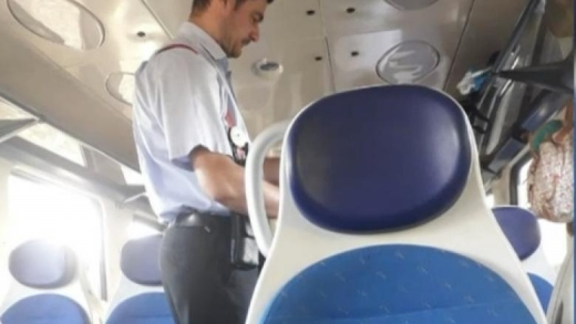 """VIDEO. Controlorii CFR fără mască în tren. Oamenii poartă masca """"de proști"""""""