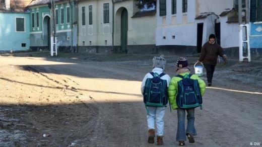 STUDIU. Pandemia la sat: părinții din mediile defavorizate nu au reușit să asigure necesitățile familiei