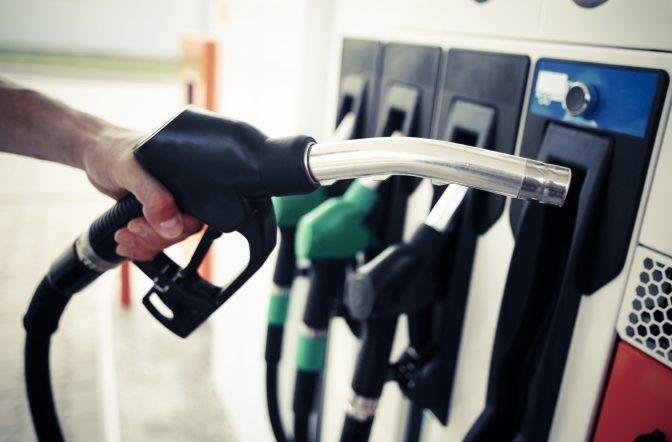 România, în top 3 al țărilor cu cea mai mare ieftinire a combustibilor în 2020. Câți litri poate alimenta un român cu salariul mediu