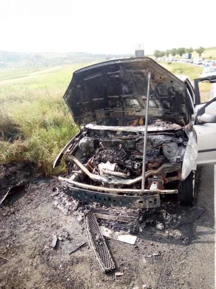 VIDEO. O mașină a ars ca o torță, pe un drum din Cluj. Au intervenit pompierii