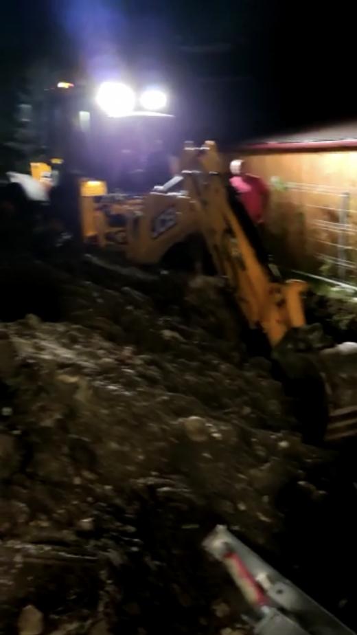 VIDEO. Pompierii clujeni încearcă să scoată un bărbat prins sub un mal de pământ