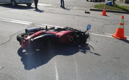 Accident grav! Un motociclist a intrat într-un autobuz.