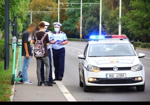 """Trotinetele verzi au stârnit MÂNIA clujenilor. """"Trotinetiștii"""", sancționați timid de polițiști. O idee bună, stricată de indisciplină!"""