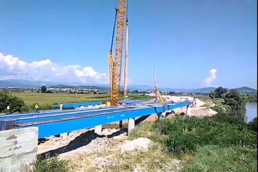 VIDEO. Aktor a început montarea grinzilor peste râul Mureș.  Un nou pas în realizarea lotului 2 din Autostrada Sebeș - Turda
