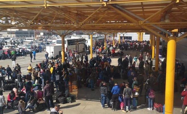 Cine este vinovat pentru îmbulzeala de pe Aeroportul Cluj? Vina este pasată dintr-o parte în alta