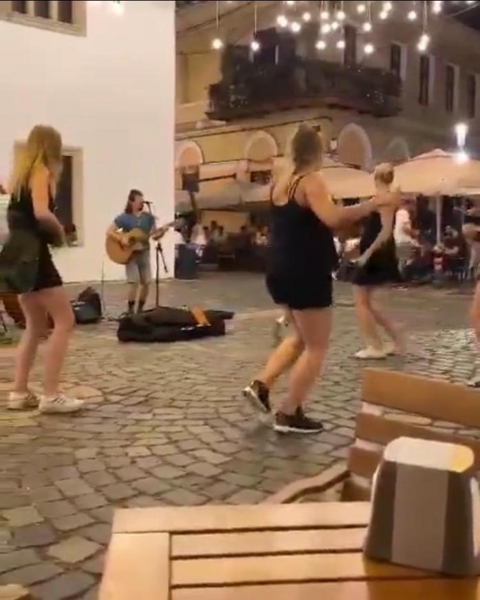 Video. Distracție și voie cu bună cu respectarea măsurilor de distanțare în centrul orașului