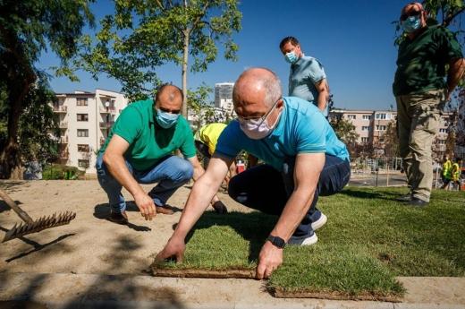 Emil Boc, gospodarul! Primarul a pus umărul la amenajarea noului parc din Mănăștur FOTO: Facebook Emil Boc