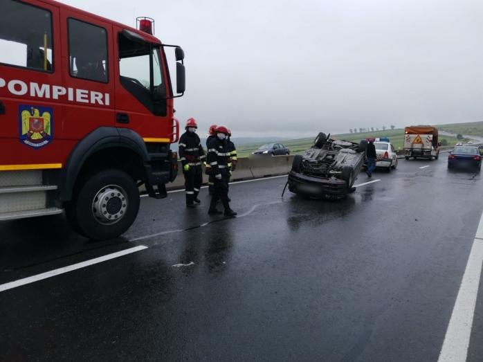 FOTO Accidente rutiere în lanț! Un autoturism s-a răsturnat î
