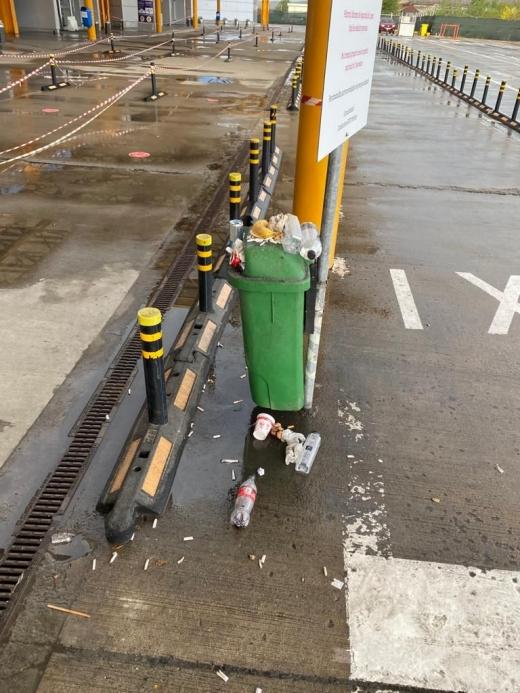 Rușinos! Coșuri de gunoi pline și mizerie de nedescris în parcarea Aeroportului Cluj. Poziția firmei GOTO Parking