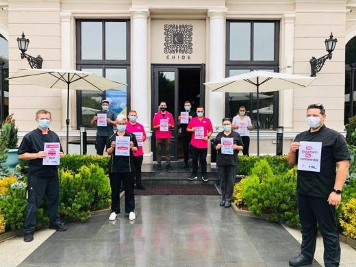 Protest al angajaților HoReCa în fața restaurantelor și a teraselor unde lucrează. Ce au făcut proprietarii de restaurante din Cluj?
