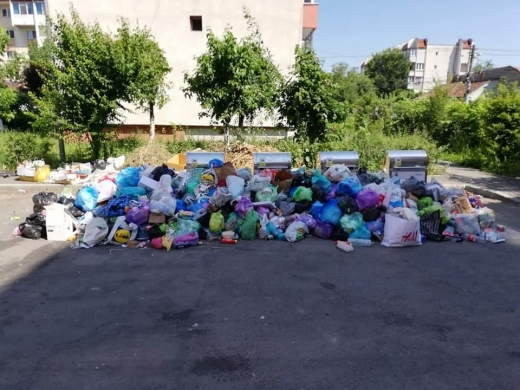 """Gunoi neridicat cu zilele, pe stradă din Cluj. Ungureanu: """"Fac apel public la consilierii locali, să nu aprobe prețurile la salubritate"""""""