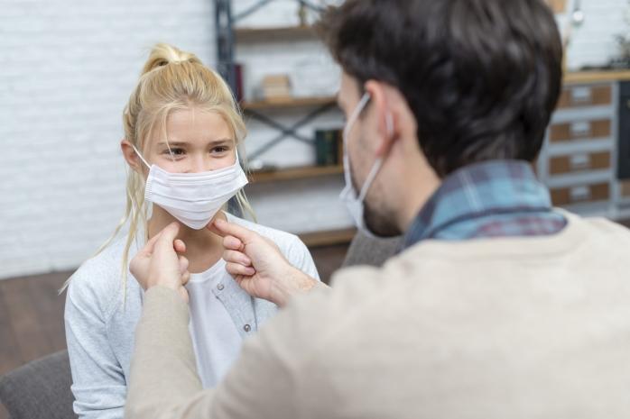 OMS: Copiii de 12 ani să poarte mască la fel ca adulții. Ce recomandări are organizația ?