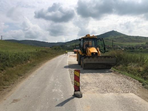 Se toarnă asfalt pe un sector de 3,2 kilometri al unui drum județean din Cluj