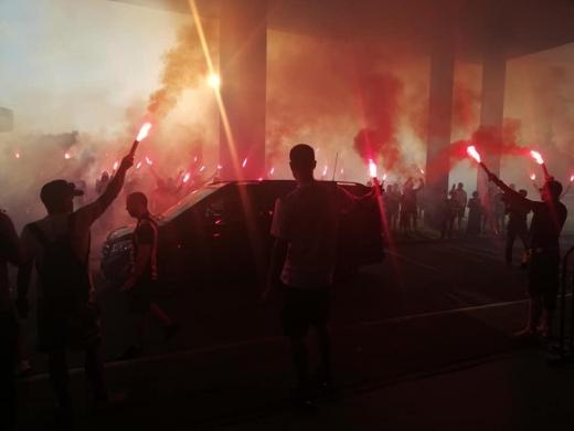 """Fanii lui """"U"""" Cluj s-au despărțit de Emil Jula cu torțe și aplauze. Foto Paul Gheorgheci/Monitorul de Cluj"""