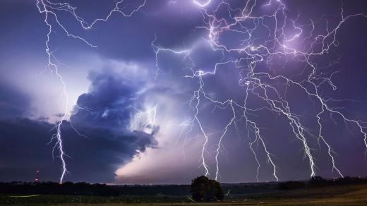 METEO. Prima zi de toamnă vine cu descărcări electrice la Cluj