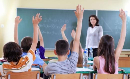 Profesorii trebuie să se adapteze unei duble predări