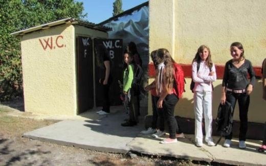 Peste 800 de școli în România au toaleta în curte! Ce spune ministrul Educației?