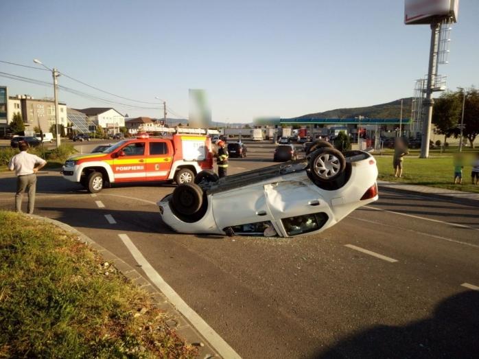 Mașină răsturnată pe o stradă din Dej