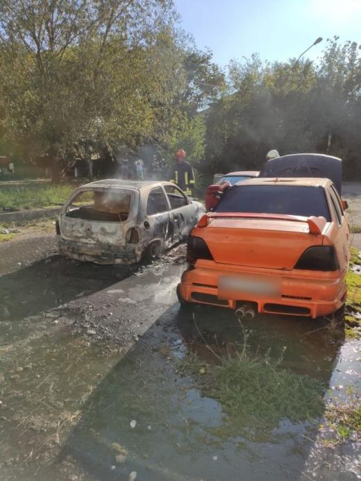 Mașină incendiată de copii care se jucau, în Câmpia Turzii. Flăcările s-au extins la încă două mașini din apropiere