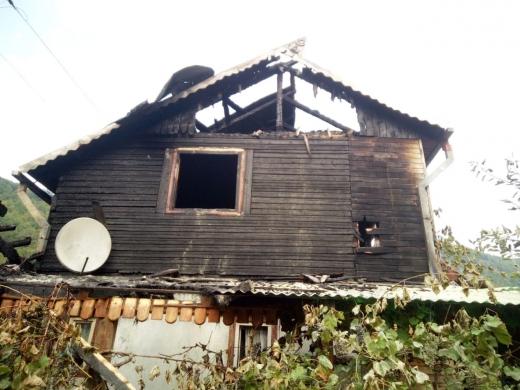Un INCENDIU a cuprins o casă de vacanță din Cluj! FOTO