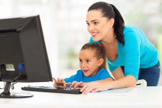Predarea online are propriile reguli: elevii primesc absențe dacă nu participă la cursuri