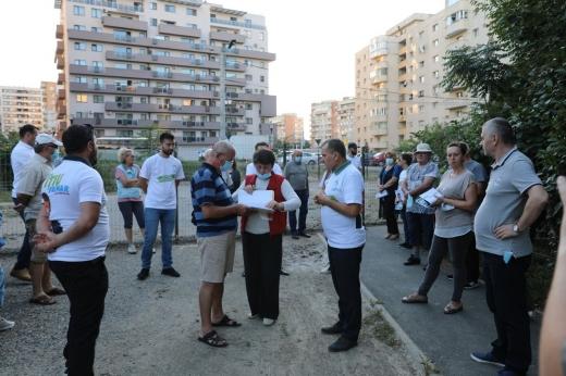 Avram Fițiu, candidatul PMP la Primăria Cluj-Napoca, s-a întâlnit cu cetățenii de pe Calea Dorobanților, nemulțumiți de construirea unui bloc care îilasă fără cale de acces la propriile locuințe / Foto: PMP