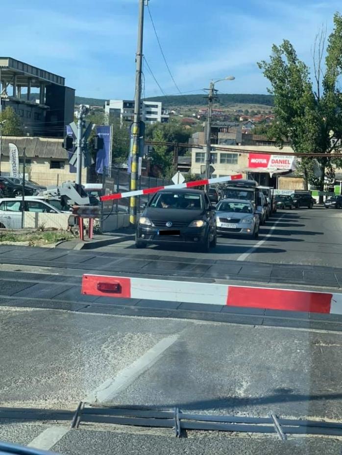 POZA ZILEI. Mașină prinsă sub barieră, pe Tăietura Turcului