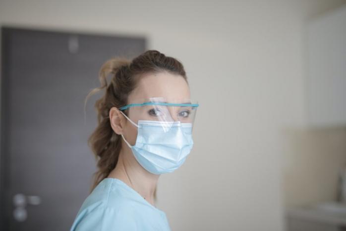 Femeile din sistemul medical sunt mai expuse în fața COVID-19 din cauza măștii