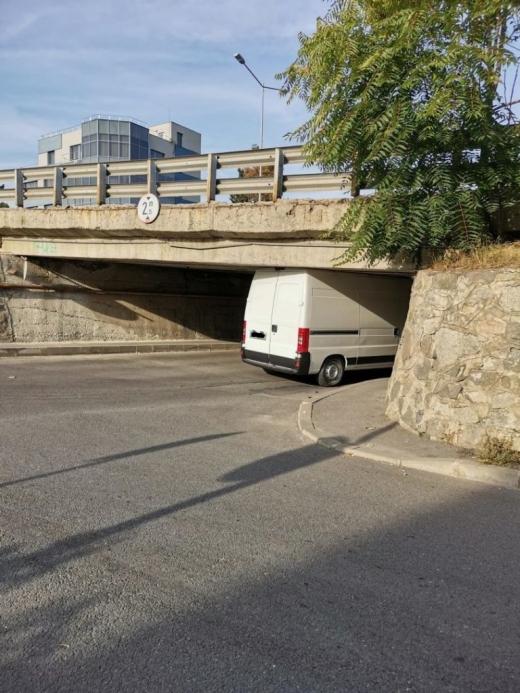 """""""Dorel"""" s-a blocat cu duba sub podul de pe Calea Turzii"""