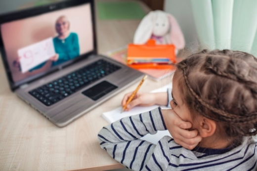 În 9 școli din Cluj, copiii fac doar cursuri online. Alte 98 de unități sunt în scenariul 2. VEZI situația la zi