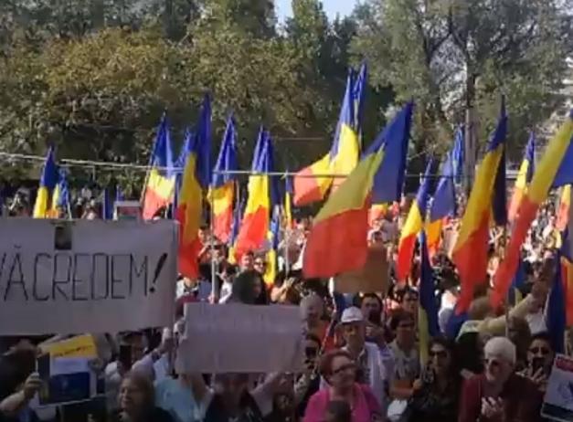 """PROTEST anti-mască în Capitală. Sute de persoane strigă """"Libertate"""" și """"Masca ucide"""""""