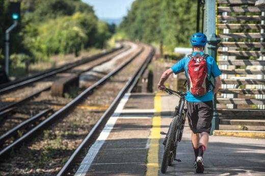 Doi tineri călătorit 120 km și au ajuns mai repede cu bicicleta decât cu trenul InterRegional