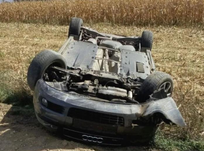 Un tânăr de 18 ani, prins fără permis, a furat o mașină și s-a răsturnat cu ea