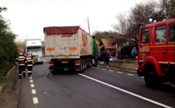 Accident cu un rănit la Topa Mică. Două camioane s-au ciocnit