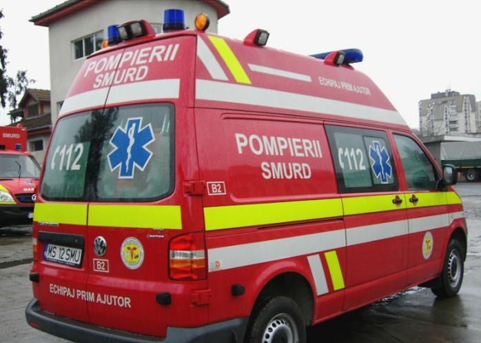 O femeie a DECEDAT după ce a căzut de la etajul 4 al unui bloc