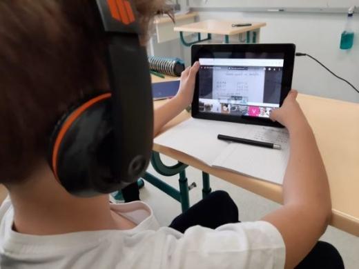 Un copil de 6 ani este în comă după ce a căzut de la etaj în timp cursurilor online