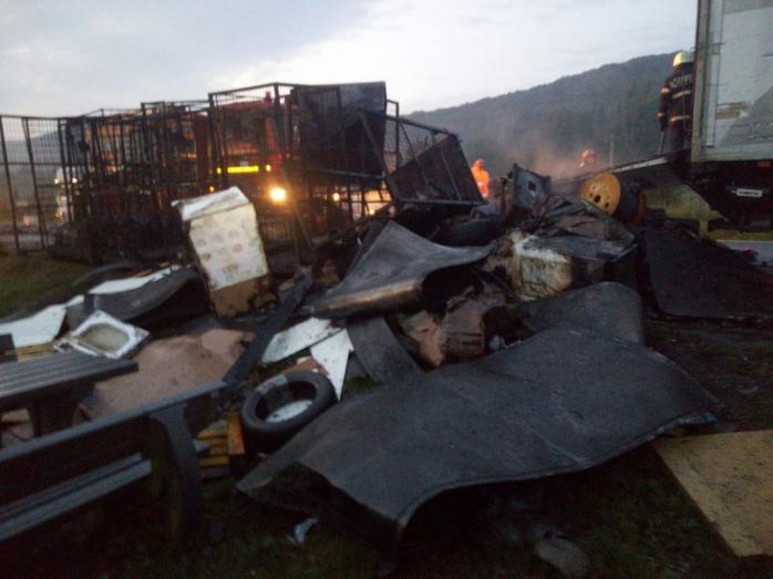 Incendiu puternic în Gilău! Un camion a luat foc în mers
