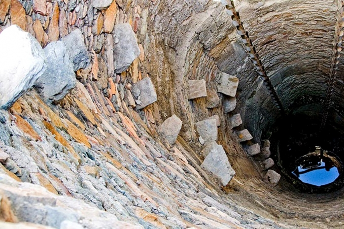 O femeie de 75 de ani a CĂZUT într-o fântână de 15 metri adâncime