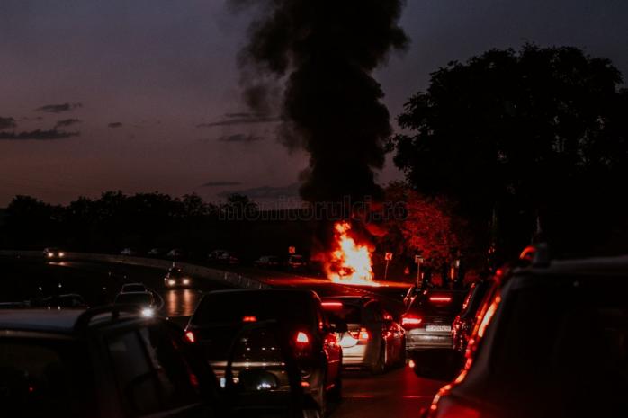 IMAGINI INCREDIBILE cu mașina care A ARS VIOLENT la Tureni. Foto: Oara Voicu