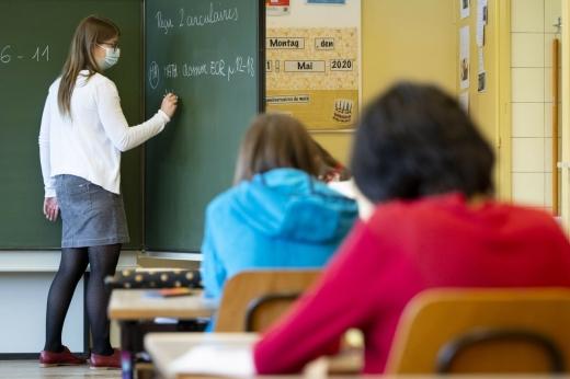 """Legea reducerii numărului de ore la școală, promulgată de anul trecut, este """"încă în discuție"""""""