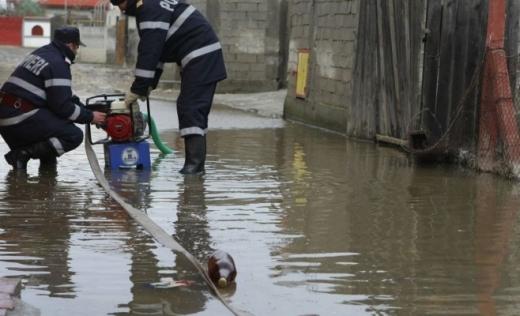 Ploile torențiale au făcut DEZASTRU în mai multe localități din țară. Zeci de gospodării INUNDATE!