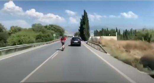 Trotinetele au ajuns la un alt nivel. Un tânăr a încercat să depășească o mașină cu peste 100 km/h în trafic. VIDEO