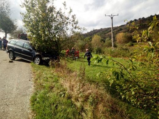 Accident pe un drum din Cluj. Un șofer a intrat cu mașina într-un copac de pe marginea drumului