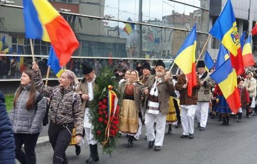 """""""Marșul Recunoștinței"""", omagiu pentru eliberarea Clujului. Zeci de clujeni au purtat straie populare românești. VIDEO"""